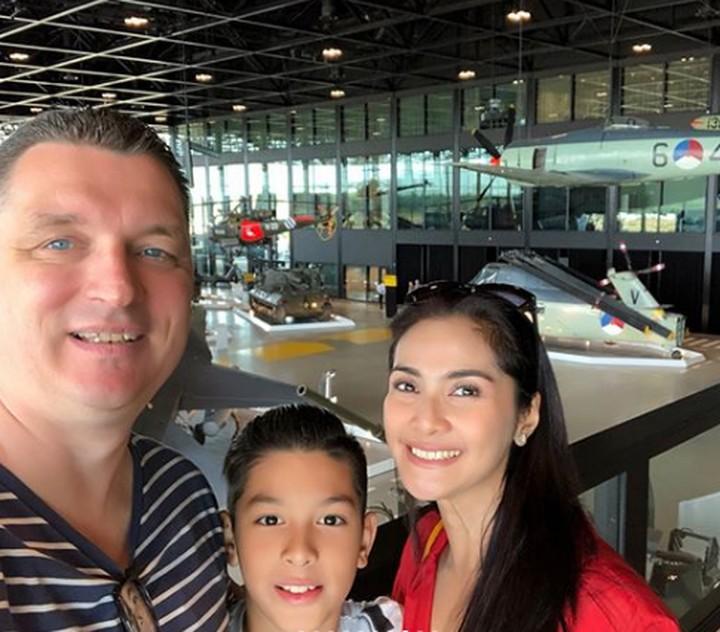 <p>Selama di Belanda, Maudy Koesnaedi dan keluarga menyempat diri untuk mengunjungi Museum Militer Nasional Netherland. (Foto: Instagram @ maudykoesnaedi)</p>