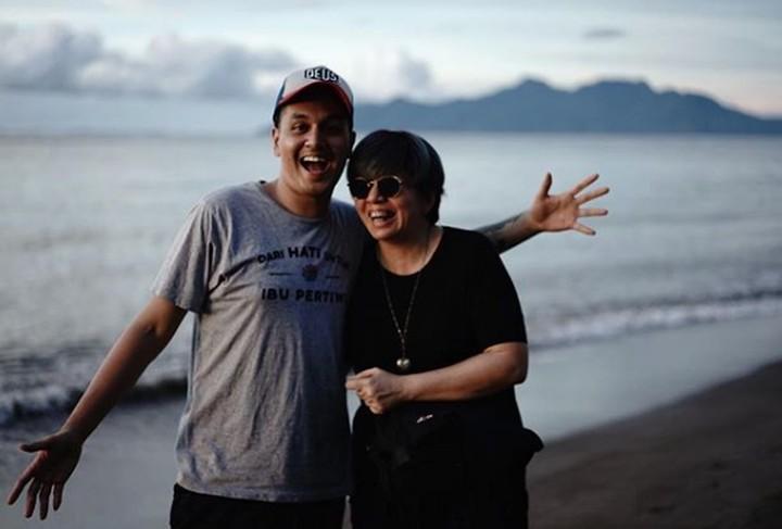 Artis muda Kevin Julio sangat akrab dengan bundanya, Nancy Wijaya. Gaya mereka juga kompak banget. Intip yuk, Bun.