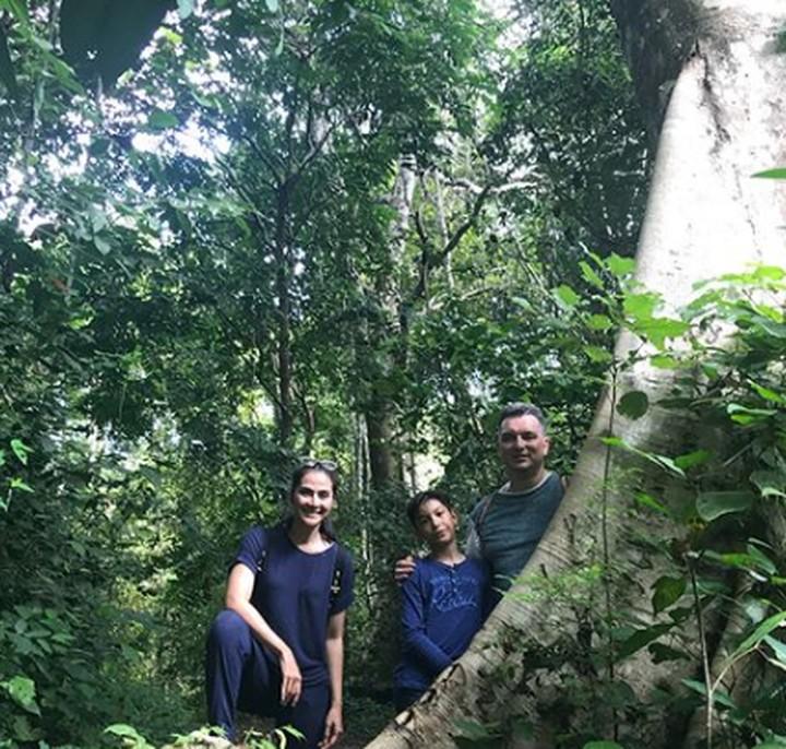 <p>Setelah dari pulau Sumbawa, Maudy Koesnaedi dan keluarganya mengunjungi pulau Moyo. Untuk menuju ke sana, mereka harus menyebrang menggunakan perahu kecil lho, Bun. (Foto: Instagram @ maudykoesnaedi)</p>