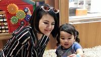 """<p>Waktu berlibur ke Singapura,<a href=""""https://hot.detik.com/celeb/d-3888169/pesona-tania-putri-dari-kepompong-kini-jadi-hot-mom"""" target=""""_blank"""">Tania Putri</a> dan kakak Leya menyempatkan diri mengunjungi Pororo Park nih. (Foto: Instagram @ taniaputri1707) </p>"""