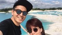 <p>Seru nih, Kevin dan Bunda Nancy liburan ke Danau Kaolin di Belitung. (Foto: Instagram @nancykeju)</p>