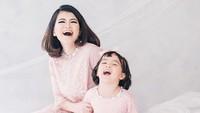 <p>Aih, si kecil Leya dan Leica sudah mahir banget bergaya. (Foto: Instagram @ taniaputri1707, dokumentasi by @babyaxioo) </p>