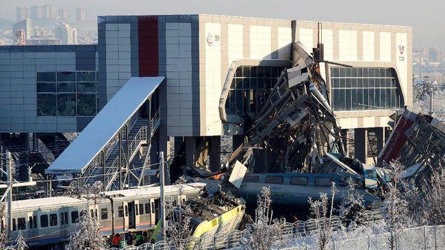 Kecelakaan kereta komuter di Denmark mengakibatkan enam orang tewas dan 16 terluka. Kereta itu menghantam peti kemas yang jatuh ke rel.