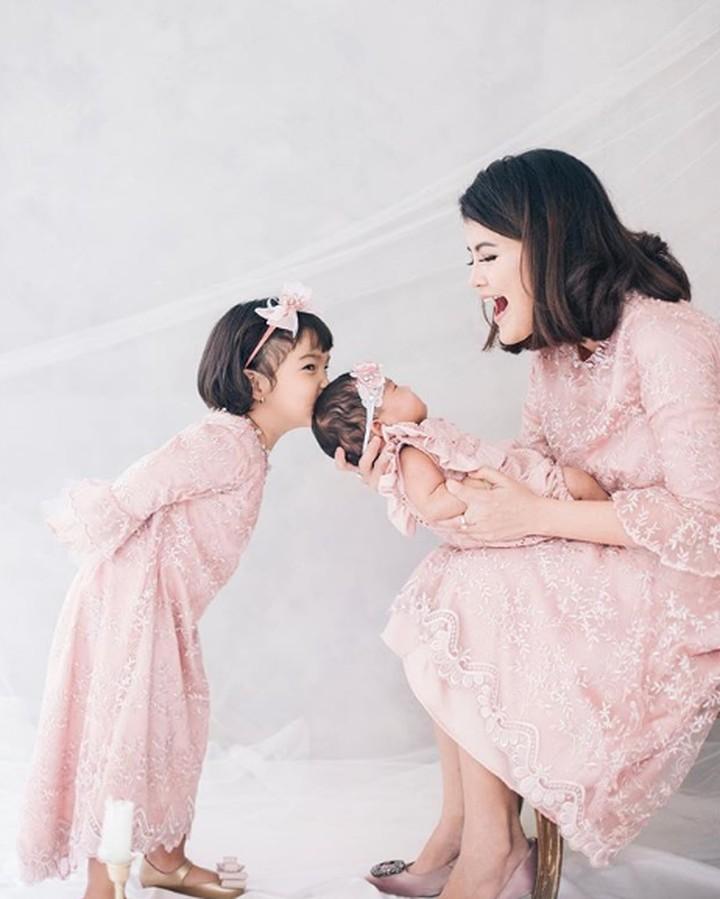 Hati adem banget deh, Bun, melihat pemeran sinetron 'Kepompong', Tania Putri dengan buah hatinya.