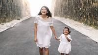 <p>Senyum bahagia Bunda Tania dan Leya saat main bareng. (Foto: Instagram @ taniaputri1707) </p>