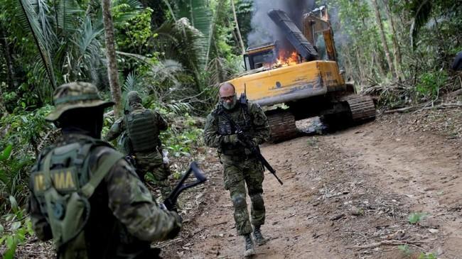 Di pedalaman Hutan Amazon, rombongan pemerhati lingkungan menyisir lahan dalam satu kampanye untuk menyingkirkan pertambangan ilegal di hutan tropis tersebut.