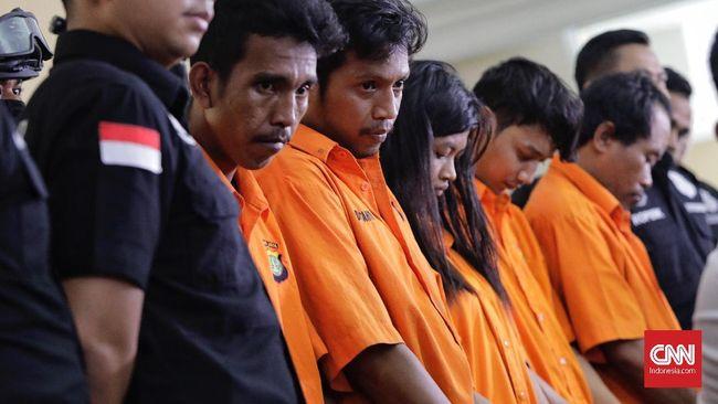 Tim Gabungan Polda Metro Jaya dan Polres Jakarta Timur meringkus lima orang tersangka pengeroyokan anggota TNI di sejumlah lokasi berbeda.