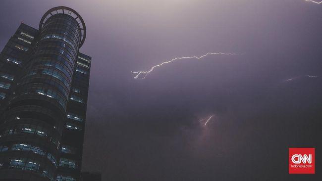 BMKG memperingatkan potensi hujan disertai petir dan angin di sejumlah wilayah DKI Jakarta pada Jumat (23/10) siang hingga sore nanti.