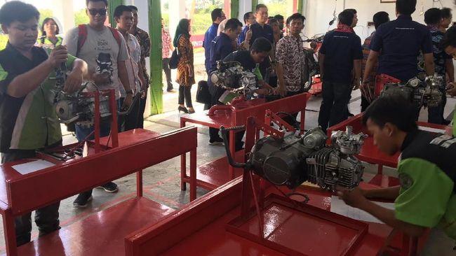 AHM saat ini sudah bekerja sama dengan 686 SMK yang wajib menerapkan kurikulum Honda dan mendapat perlengkapan praktik, salah satunya mesin buat dikoprek siswa.