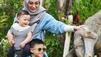 <p>Liburan bareng keluarga memang seru banget deh. Soraya mengajak anaknya liburan sekalian untuk mengenalkan mereka ke nama-nama binatang (Foto: Instagram @ sorayalarasat1)</p>