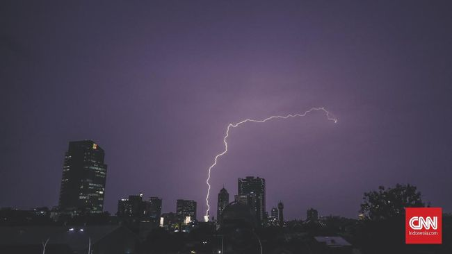 Hujan lebat disertai petir di Bogor dan sejumlah tempat di Jawa Barat diprediksi akan terjadi hingga sore dan malam hari.