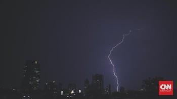BMKG: Jakarta Hujan Disertai Petir & Angin Kencang Malam Ini