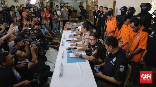 Polisi menangkap kelima tersangka pengeroyokan anggota TNI di Cibubur dan langsung melakukan pemeriksaan kesehatan guna mengetahui kondisi mereka saat kejadian.