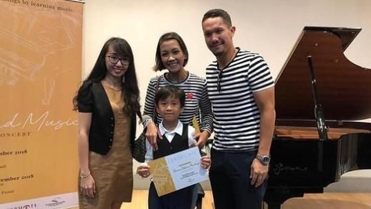 Meski dalam proses perceraian, Melanie Putria dan Angga tetap menyaksikan bersama konser piano putra mereka, Sheemar. Lihat yuk, kekompakan mereka.