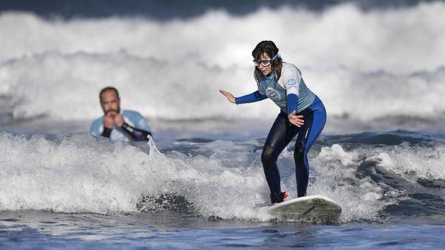 Carmen Lopez hanya bisa membayangkan bentuk lautan dalam benaknya saat dirinya menunggangi ombak di atas papan selancarnya.
