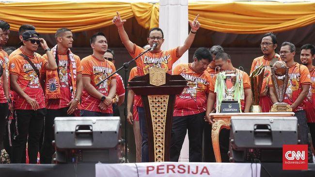 Tuntutan pembangunan stadion dari The Jakmania menggema di sela-sela pawai juara Persija Jakarta yang berujung di Balai Kota DKI, Jakarta, Sabtu (15/12).