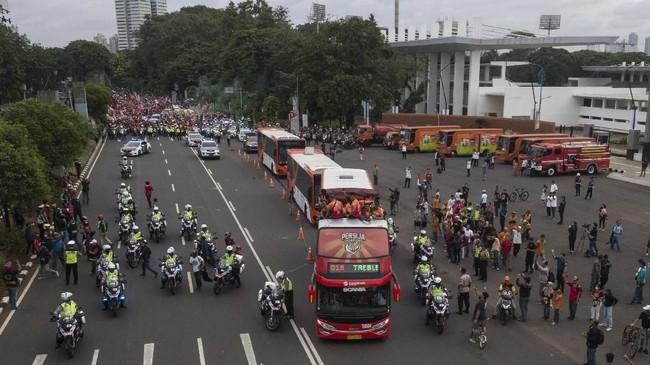 Pawai juara Liga 1 2018, Persija Jakarta, yang digelar dari Kompleks SUGBK hingga Balai Kota DKI Jakarta berlangsung meriah dan penuh warna-warni.