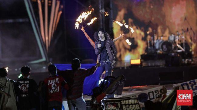 Slank menggandeng tiga penyanyi perempuan kenamaan Indonesia, juga menyetel agar semua pemain alat musik di panggung selain mereka adalah perempuan.