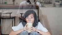 <p>Romantis nih. Rendy Pandugo rela keluar kafe demi memotret istri dari luar jendela. Keren juga ya hasil jepretan Rendy, Bun? (Foto: Instagram @miasesaria)</p>