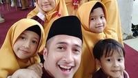 <p>Irfan Hakim dikaruniai anak kembar perempuan bernama Rakana dan Raina Hakim. (Foto: Instagram @irfanhakim75)</p>