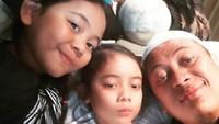 <p>Wefie Opick bersama kedua putrinya, Fatimah dan Maryam. (Foto: Instagram @opick_tomboati)</p>