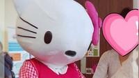 """<p>""""Sepanjang pesta, Shakira pegang tangan Hello Kitty. """"I love you Hello Kitty. Thank you for coming to my party"""" ,""""I love your dress Hello Kitty"""", """"Let's dance Hello Kitty"""" Tidak sedetikpun dia tau, bahwa aku yang ada di dalam kostum Hello Kitty itu."""" tulis Denada di Instagram-nya. (Foto: Instagram @denadaindonesia)</p>"""