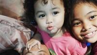 <p>Begini gaya Opick selfie, saat lagi santai sama anak-anaknya. (Foto: Instagram @opick_tomboati)</p>