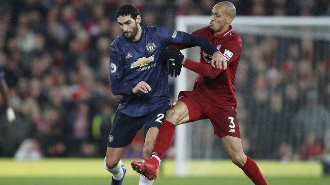 Gelandang Manchester United Marouane Fellaini menjadi sorotan usai pertandingan melawan Liverpool di Stadion Anfield dalam lanjutan pertandingan Liga Inggris.