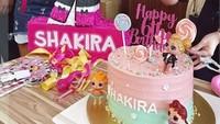 "<p>Wah, cantik sekali birthday cake and cookies milik <a href=""https://hot.detik.com/celeb/d-4339795/permintaan-jerry-aurum-di-hari-ulang-tahun-shakira?_ga="" target=""_blank"">Shakira </a>ini ya. (Foto: Instagram @denadaindonesia) </p>"