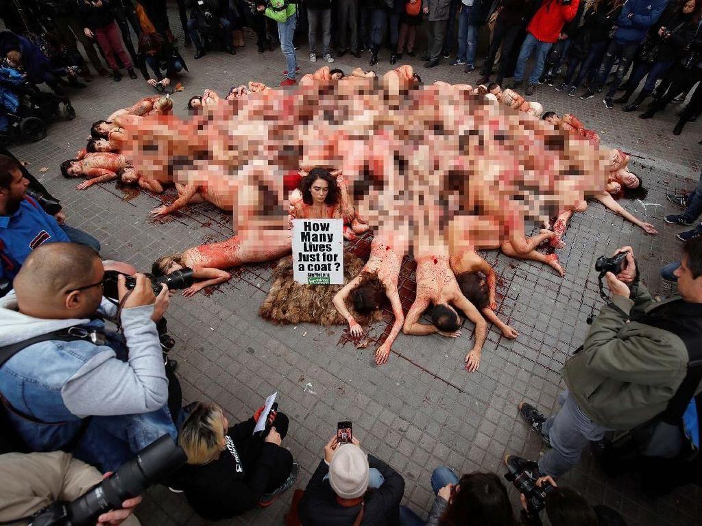 Aktivis di Barcelona Demo Bugil Tolak Mantel Bulu