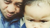<p>Opick bersama si kecil Khadijah. Lucu banget ya gaya mereka. (Foto: Instagram @opick_tomboati)</p>