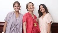 <p>Kompak banget ya, Bunda Uthe dan kedua anaknya memakai kaftan. (Foto: Instagram @mamauthe)</p>