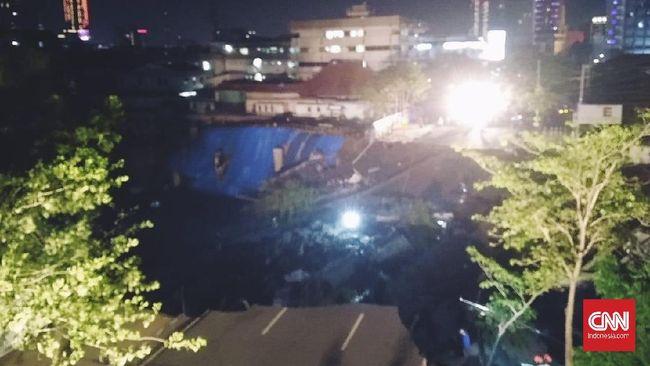 Jalan Raya Gubeng di Surabaya, Jawa Timur, amblas pada Selasa (18/12) dengan kedalaman mencapai sekiytar 8 meter. Tidak ada korban jiwa dalam peristiwa itu.
