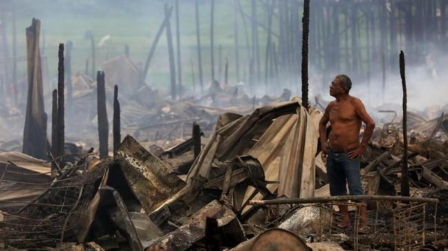 Kebakaran besar-besaran melalap sekitar 600 rumah kayu yang didirikan di bantaran sungai Amazon di Brasil pada Selasa (18/12).