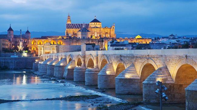 Banyak bangunan bersejarah di kota Cordoba yang juga menjadi bukti berkembangnya ajaran Islam di Spanyol.