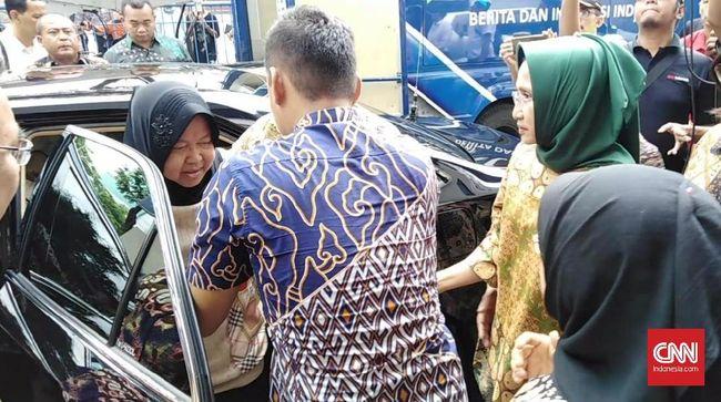 Wali Kota Surabaya Tri Rismaharini tampak kesulitan berjalan dan harus dipandu dua orang saat mengecek lokasi jalan amblas Gubeng.