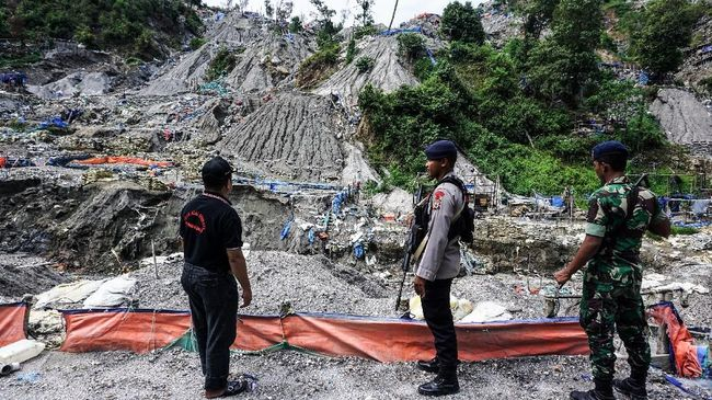 Personel kepolisian dan TNI berjaga di tempat penambangan emas ilegal yang ditutup di Gunung Botak. ANTARA FOTO/Rivan Awal Lingga
