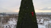 Dalam foto-foto unik pilihan CNNIndonesia.com pekan ini, ada musim dingin di Kashmir, pohon natal setinggi 57 meter, dan kisah-kisah perayaan natal.
