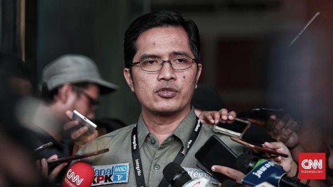 Seorang anggota DPR dibawa oleh penyidik KPK ke gedung KPK, Kamis (8/8) sekitar pukul 14.30 WIB. Diduga anggota DPR itu dijemput terkait suap impor bawang.