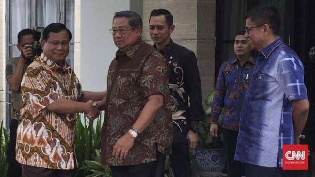 Prabowo Subianto selepas turun dari mobil langsung bergegas menuju SBY yang berdiri di depan pintu dan memberikan salah hormat.