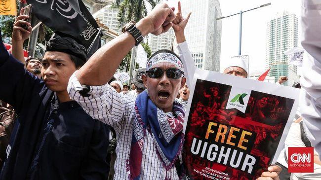 Ribuan demonstran di depan Kedubes China di Jakarta berteriak '2019 ganti presiden' saat menggelar aksi damai membela etnis minoritas Uighur, Jumat (21/12).