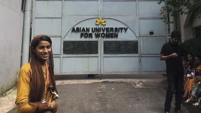 Hari pertama tahun ajaran, seorang imigran Rohingya dari Myanmar, Formin Akter, berjuang keras untuk dapat beradaptasi di salah satu universitas di Bangladesh.