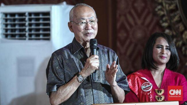 Pakar kuliner Wiliam Wongso menghadiri acara peringatan hari ibu yang diselenggarakan oleh Perempuan Tangguh Pilih Jokowi ( Pertiwi) di Jakarta , (22/12). (CNN Indonesia/ Hesti Rika)