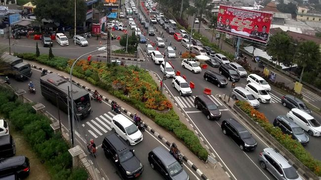 Ekor kemacetan hari terakhir libur tahun baru sudah sampai perbatasan Cianjur sehingga sistem satu arah diperkirakan akan diterapkan hingga puku 21.00 WIB.