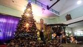 Menyambut perayaan Natal esok, 25 Desember 2018, umat Kristiani di berbagai belahan Nusantara dan pusat perbelanjaan melakukan bermacam persiapan.