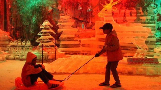 Seorang bayi laki-laki dilaporkan meninggal dunia setelah tertimpa patung es seberat dua ton pada Minggu (24/11).