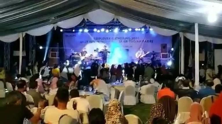 Arie Untung. Arie mengungkapkan rasa dukanya kepada vokalis Seventeen, Ifan. Arie mengunggah sebuah video detik-detik kejadian tsunami terjadi.