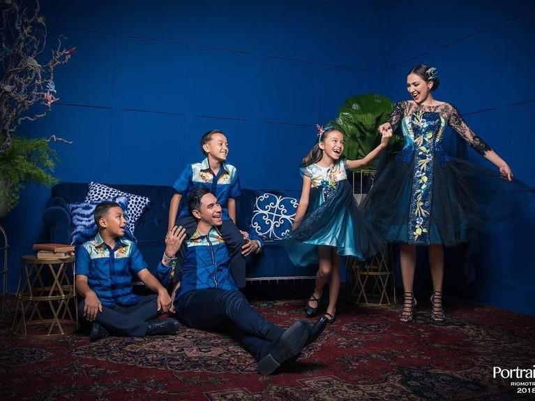 Dona Agnesia. Presenter cantik ini melakukan sesi pemotretandengan ketiga anaknya dan sang suami, Darius Sinathrya. Keluarga harmonis ini tampil kompak dengan balutan pakaian berwarna biru.