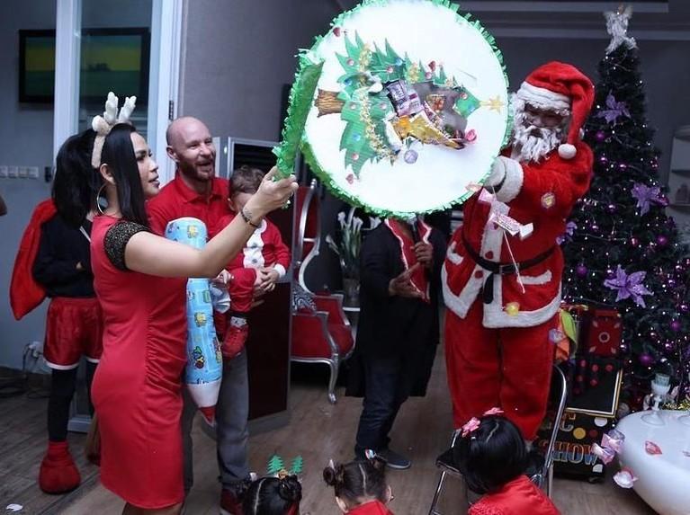 Melaney Ricardo. Pembawa acara ini telah mengadakan acara perayaan Natal beberapa waktu lalu. Melaney bahkan menghadirkan Santa untuk menghibur anak-anak dalam acaranya itu.
