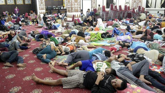 Hampir dua hari pascatsunami Selat Sunda yang menghantam pesisir Lampung pada Sabtu malam lalu, para pengungsi mulai tinggalkan posko di Kantor Gubernur.
